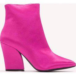 Botki damskie lity: NA-KD Shoes Satynowe botki na średnim obcasie - Pink