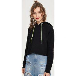 Bluzy damskie: Krótka bluza z kapturem - Czarny