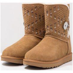 UGG BAILEY BUTTON TEHUANO Botki che. Brązowe buty zimowe damskie Ugg, z materiału. Za 1009,00 zł.