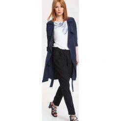 PŁASZCZ DAMSKI DŁUGOŚĆ REGULARNA. Szare płaszcze damskie marki Top Secret, eleganckie, z chokerem. Za 79,99 zł.