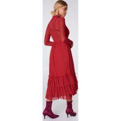 NA-KD Boho Siateczkowa sukienka z falbanką - Red. Niebieskie sukienki boho marki NA-KD Boho, na imprezę, w koronkowe wzory, z koronki, na ramiączkach, mini. Za 242,95 zł.