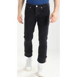 Wrangler SPENCER Jeansy Slim Fit pigeon bar. Szare jeansy męskie relaxed fit marki Wrangler, l, z poliesteru, z kapturem. Za 369,00 zł.