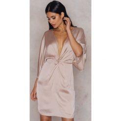 Sukienki hiszpanki: Hannalicious x NA-KD Kimonowa sukienka – Pink