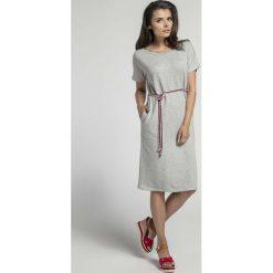Szara Prosta Sukienka Midi Przewiązana Kolorowym Sznurkiem. Szare sukienki mini Molly.pl, na co dzień, l, w kolorowe wzory, z krótkim rękawem, dopasowane. W wyprzedaży za 113,37 zł.