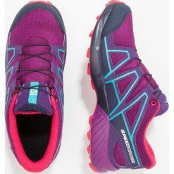Salomon Obuwie do biegania Szlak grape juice/evening blue/blue bird. Fioletowe buty sportowe chłopięce marki Salomon, z gumy, do biegania. W wyprzedaży za 276,75 zł.