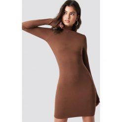 Nicki x NA-KD Dopasowana sukienka z golfem - Brown. Brązowe długie sukienki marki Nicki x NA-KD, z golfem, z długim rękawem, dopasowane. Za 161,95 zł.