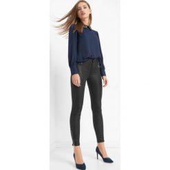 Woskowane spodnie z zamkami. Czarne rurki damskie marki Orsay, xs, z bawełny, z dekoltem na plecach. Za 129,99 zł.