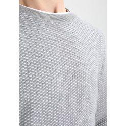 Calvin Klein SAYMATO Sweter grey. Pomarańczowe kardigany męskie marki Calvin Klein, l, z bawełny, z okrągłym kołnierzem. W wyprzedaży za 384,30 zł.