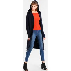 Swetry klasyczne damskie: IVY & OAK CARMEN JUMPER OFF SHOULDER Sweter pumpkin red