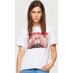 Koszulka z nadrukiem The Shining - Biały. Białe t-shirty damskie marki Cropp, l, z nadrukiem. Za 59,99 zł.