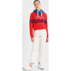 Bluzy damskie: Superdry VARSITY TEAM SPORT CROP HOOD Bluza z kapturem flare red