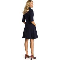 CHERE Sukienka ze stójką i zamkiem - granatowa. Niebieskie sukienki na komunię Moe, ze stójką, dopasowane. Za 154,90 zł.