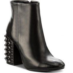 Botki CARINII - B4283 E50-000-PSK-C00. Czarne buty zimowe damskie Carinii, ze skóry, na obcasie. W wyprzedaży za 289,00 zł.