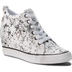 Sneakersy CALVIN KLEIN JEANS - Ritzy RE9798 White. Białe sneakersy damskie marki Calvin Klein Jeans, z jeansu. W wyprzedaży za 419,00 zł.