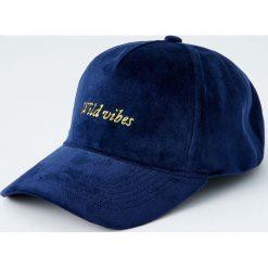 Aksamitna czapka z logo. Niebieskie czapki z daszkiem męskie Pull&Bear. Za 59,90 zł.