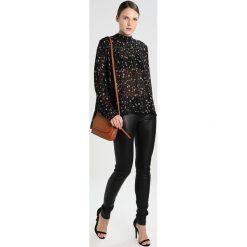 Second Female CALLINO  Bluzka black. Czarne bluzki damskie Second Female, xs, z materiału. W wyprzedaży za 399,20 zł.