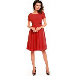Sukienki: Czerwona Rozkloszowana Sukienka z Podkreśloną Talią