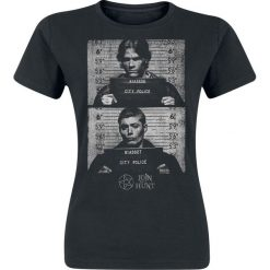 Supernatural Sam & Dean Mug Shots Koszulka damska czarny. Czarne bluzki z odkrytymi ramionami Supernatural, l, z nadrukiem, z okrągłym kołnierzem. Za 74,90 zł.