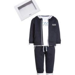 BOSS Kidswear BABY JOGGINGANZUG Prezenty z okazji narodzin marine. Niebieskie t-shirty męskie marki BOSS Kidswear, z bawełny. Za 499,00 zł.