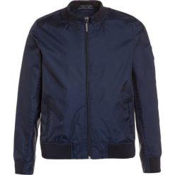 Teddy Smith BITOP Kurtka przeciwdeszczowa dark blue. Brązowe kurtki chłopięce przeciwdeszczowe marki Teddy Smith, z materiału. W wyprzedaży za 209,30 zł.