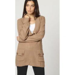 Sweter w kolorze beżowym. Brązowe swetry klasyczne damskie marki William de Faye, z kaszmiru. W wyprzedaży za 132,95 zł.