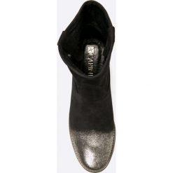 Carinii - Botki. Czarne buty zimowe damskie marki Carinii, z materiału, z okrągłym noskiem, na koturnie. W wyprzedaży za 219,90 zł.
