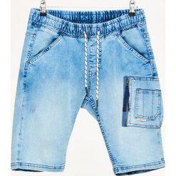 Jeansowe szorty z kieszenią cargo - Niebieski. Czerwone spodenki jeansowe męskie marki Cropp. W wyprzedaży za 59,99 zł.