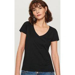 T-shirt z dekoltem w serek - Czarny. Białe t-shirty damskie marki Sinsay, l. W wyprzedaży za 29,99 zł.