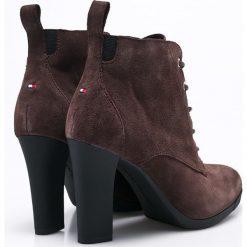 Tommy Hilfiger - Botki Nanni. Czarne buty zimowe damskie marki TOMMY HILFIGER, z materiału, z okrągłym noskiem, na obcasie. W wyprzedaży za 359,90 zł.