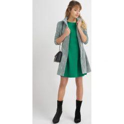 Płaszcze damskie pastelowe: Płaszcz na zamek z paskiem