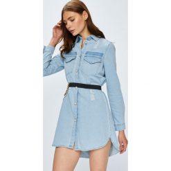 Guess Jeans - Sukienka. Niebieskie sukienki mini marki Guess Jeans, z obniżonym stanem. Za 549,90 zł.