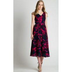 Długie sukienki: Granatowa sukienka maxi w różowe wzory BIALCON