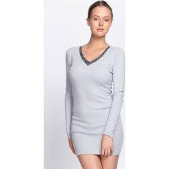 Jasnoszara Sukienka By Now. Szare sukienki dzianinowe marki Born2be, l, z dekoltem w serek, mini, dopasowane. Za 59,99 zł.