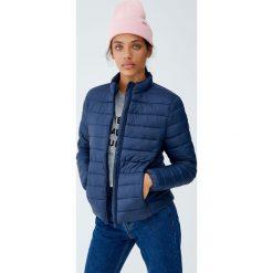 Pikowana kurtka basic. Niebieskie kurtki damskie pikowane marki Pull&Bear. Za 79,90 zł.