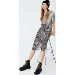 Koszula w wężowy wzór. Szare koszule damskie Pull&Bear, z krótkim rękawem. Za 69,90 zł.