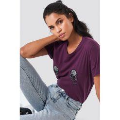NA-KD T-shirt z haftem w kwiaty - Purple. Fioletowe t-shirty damskie marki NA-KD, z haftami, z okrągłym kołnierzem. W wyprzedaży za 30,48 zł.