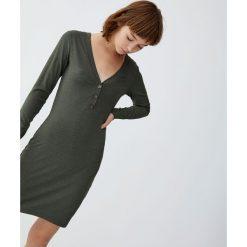 Dopasowana sukienka z guzikami. Brązowe sukienki z falbanami marki Pull&Bear, dopasowane. Za 79,90 zł.
