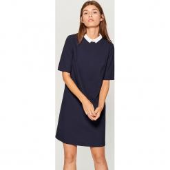 Sukienka z kontrastowym kołnierzem - Niebieski. Niebieskie sukienki z falbanami marki Mohito, z kontrastowym kołnierzykiem. W wyprzedaży za 79,99 zł.