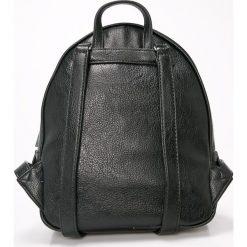 Guess Jeans - Plecak. Czarne plecaki damskie marki Guess Jeans, z aplikacjami, z bawełny. Za 599,90 zł.