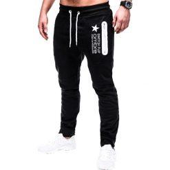 SPODNIE MĘSKIE DRESOWE P420 - CZARNE. Czarne spodnie dresowe męskie Ombre Clothing, z nadrukiem, z bawełny. Za 49,00 zł.