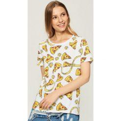 T-shirt z nadrukiem w pizze - Biały. Białe t-shirty damskie marki Sinsay, l. W wyprzedaży za 14,99 zł.
