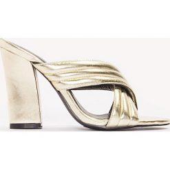 Chodaki damskie: NA-KD Shoes Metaliczne klapki Cross - Gold
