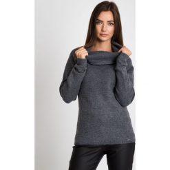 Ciepły szary sweter z kołnierzem QUIOSQUE. Szare swetry klasyczne damskie marki QUIOSQUE, na co dzień, s, w koronkowe wzory, z dzianiny, z klasycznym kołnierzykiem, ołówkowe. W wyprzedaży za 79,99 zł.