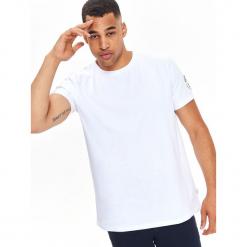 T-SHIRT KRÓTKI RĘKAW MĘSKI Z NADRUKIEM NA RĘKAWIE. Szare t-shirty męskie z nadrukiem marki Top Secret, na lato, m. Za 19,99 zł.
