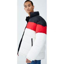 Pikowana kurtka z kolorowymi panelami. Białe kurtki męskie pikowane marki Pull&Bear, m, w kolorowe wzory. Za 139,00 zł.
