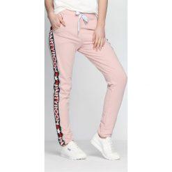Spodnie dresowe damskie: Różowe Spodnie Dresowe Party Room
