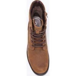 Clarks - Botki. Brązowe buty zimowe damskie Clarks, z materiału, z okrągłym noskiem, na obcasie, na sznurówki. W wyprzedaży za 239,90 zł.