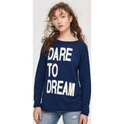 Bluzy damskie: Bluza z dużym napisem – Niebieski