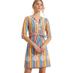Sukienka w kolorze żółtym ze wzorem. Żółte sukienki marki Almatrichi, midi, proste. W wyprzedaży za 159,95 zł.