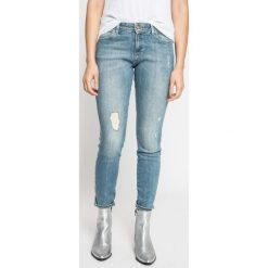 Wrangler - Jeansy All She Wants. Szare jeansy damskie rurki marki Wrangler, na co dzień, m, z nadrukiem, casualowe, z okrągłym kołnierzem, mini, proste. W wyprzedaży za 269,90 zł.